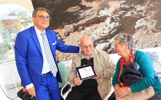 Roberto Pili con alcuni anziani (foto archivio L'Unione Sarda)