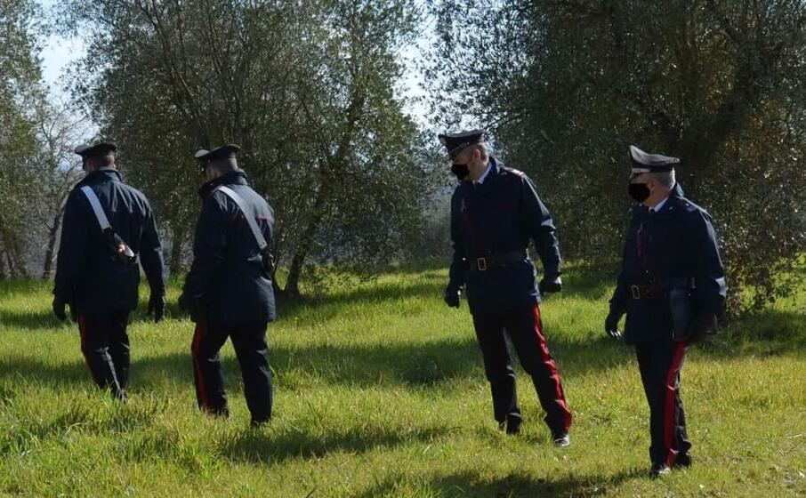 i militari nel corso delle ricerche del responsabile (foto carabinieri)