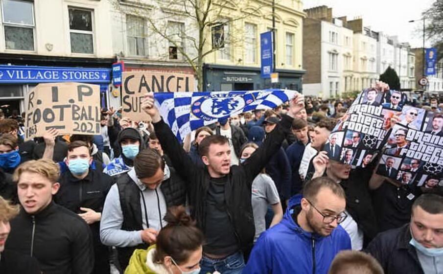 le proteste dei tifosi del chelsea (ansa)