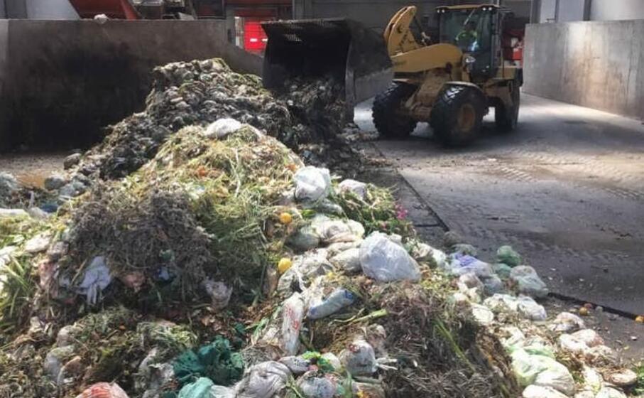 smaltimento rifiuti in un impianto (archivio l unione sarda)