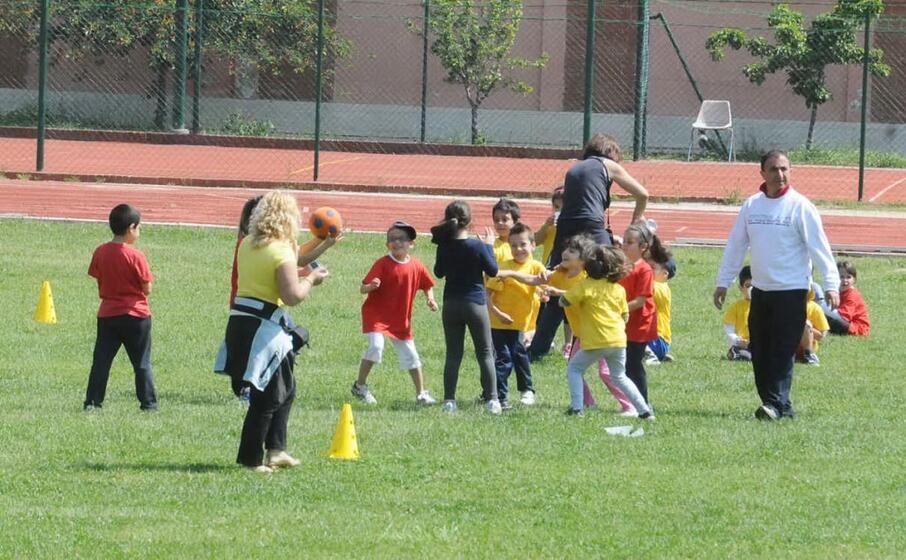 bambini impegnati in una partita di calcio (foto archivio l unione sarda)