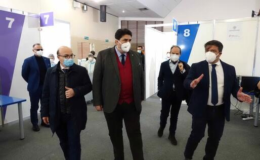 Il presidente Christian Solinas all'hub (foto ufficio stampa)