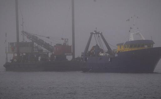 Ingresso in porto di una chiatta e un peschereccio (foto Piras)