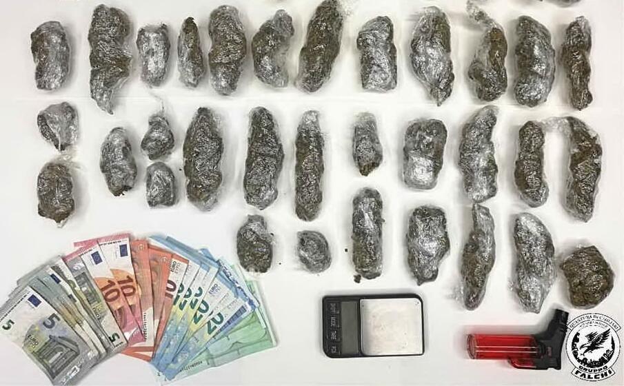 la droga e il denaro sequestrati (foto polizia di stato)